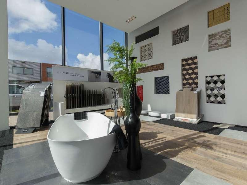 Naast tegels vindt u ook badmeubels en baden in onze showroom.