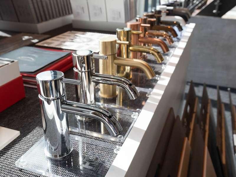 We bieden een assortiment aan stijlvolle kranen om uw badkamer mee af te maken.